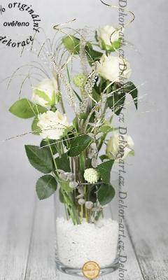 Moderná dekorácie s ružami v skle