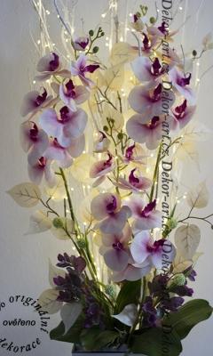 Rozsvietená LED dekorácie s orchideami napájaná zo zásuvky