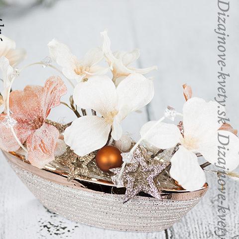 Jedinečná dekorácie s umelých kvetín na stôl či komodu.
