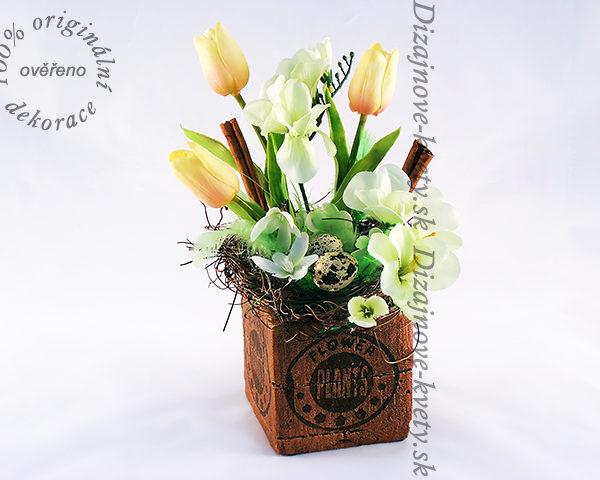 Veľkonočné dizajnová kvetinová dekorácia.