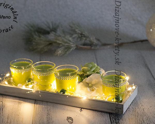 Svietnik so zelenými sviečkami.