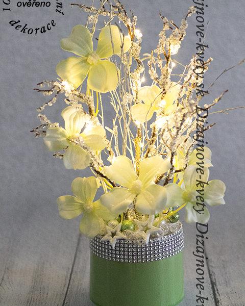 Moderné LED osvetlenie a kvetinová dekorácia.