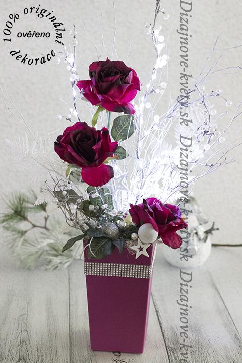 Vianočná ruža osvetlená LED svetielkami.
