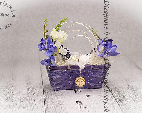 Veľkonočný košík s vajíčkami.