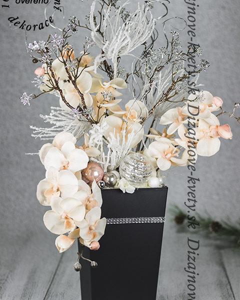 Kvety v dizajnovej väzbe s orchideí.