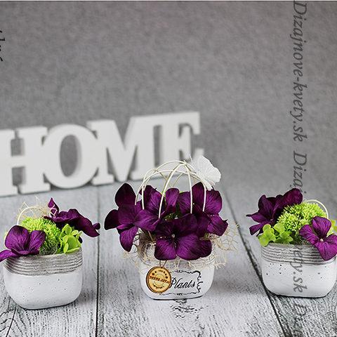 Trvanlivý dizajn ozdobných umelých kvetín.