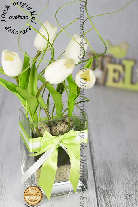 Biele tulipány ako jarný dekoratívny väzba.