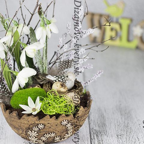 Jarná dekorácie s vtáčím hniezdočko a vajíčkami.