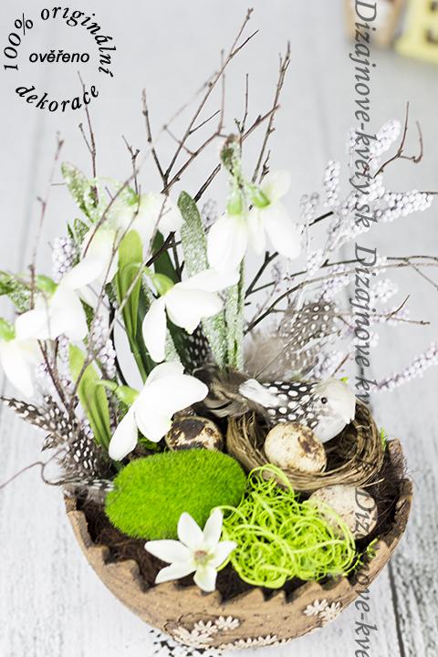 Dizajnový dekoračný doplnok vo farbách jarnej prírody.