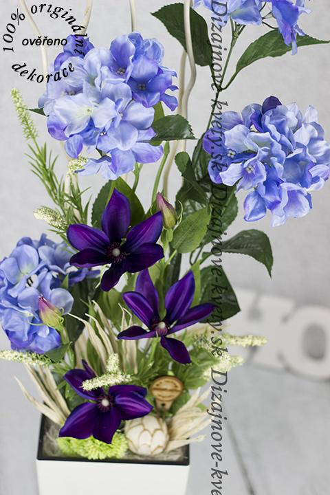 Veľká dekorácie s umelých a látkových kvetín.