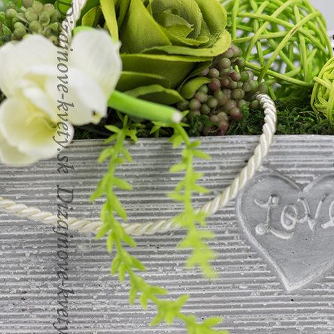 Dekoračny aranžmán v betonovej nádobe s nápisom Love.