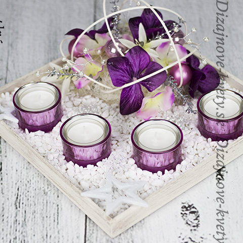 Vianočný svietnik s luxusnými pohármi.