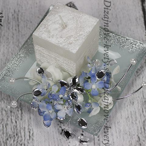 Perleťová svíčka na omrzlém tácku.